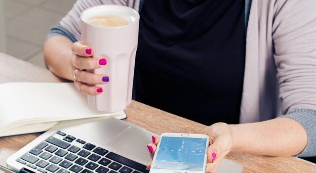 オフィスで働く女性の写真