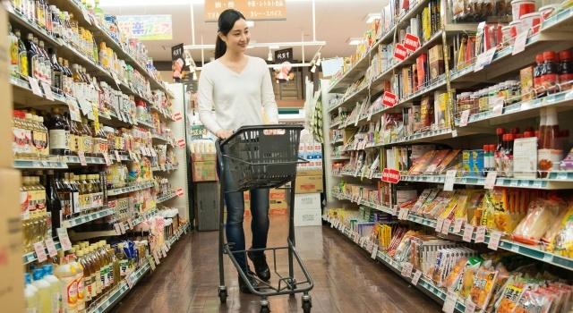 スーパーで買い物をする女性の写真