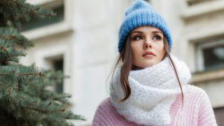 冬の格好をした女性の写真
