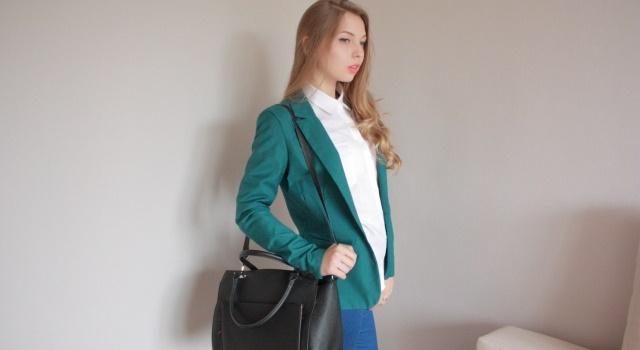 バッグを持つ女性の写真
