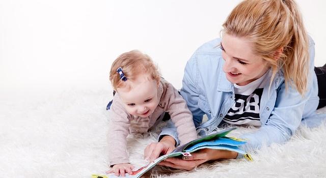 絵本を楽しむ赤ちゃんの写真